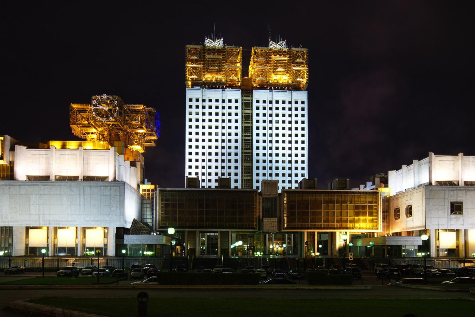 Здание РАН кренится вправо.